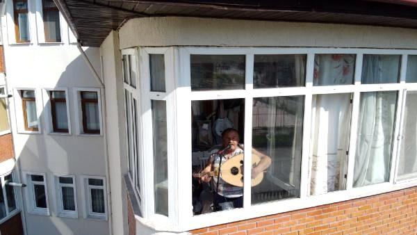Komşularına moral için balkonunda konser veriyor